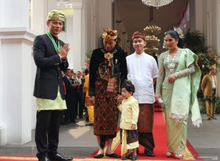 Traditional outfits add to charm of Independence Day celebrations