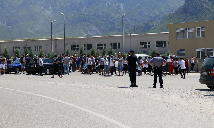 Activists once again block the entrance to Mostar landfill at Uborak