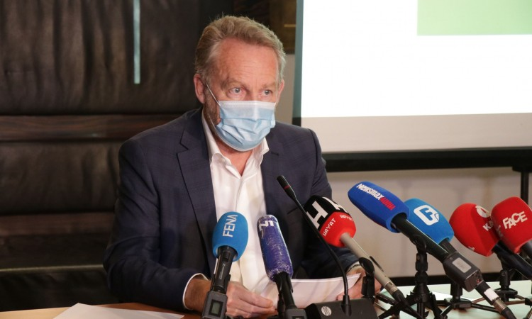 Izetbegović sends a letter to international officials regarding the Mostar Agreement