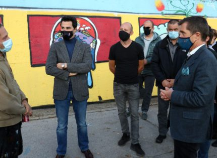 Nelson presents mural with drawings of students from Sarajevo and East Sarajevo