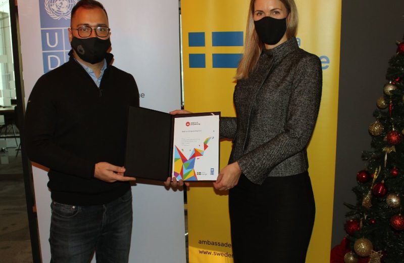 Ambassador Strömquist presents the first annual sustainability report to a BiH company