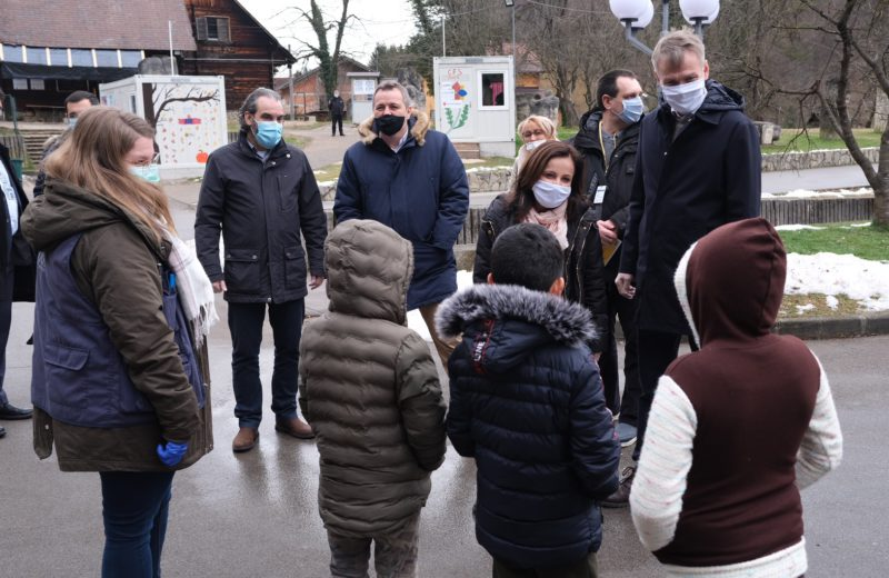 Norwegian Ambassador Reinertsen visits Sedra migrant reception center near Cazin