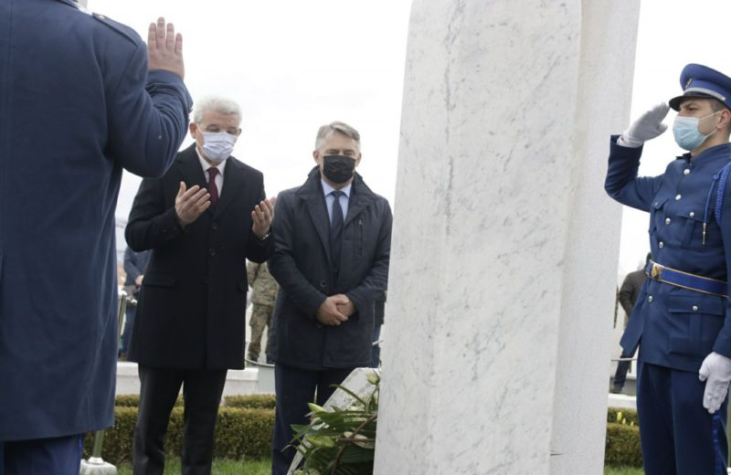 Džaferović and Komšić lay flowers to mark the Day of the Army of RBiH