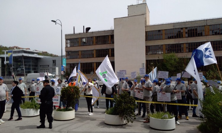 Metalworkers' Union and several other unions hold peaceful protests in Sarajevo