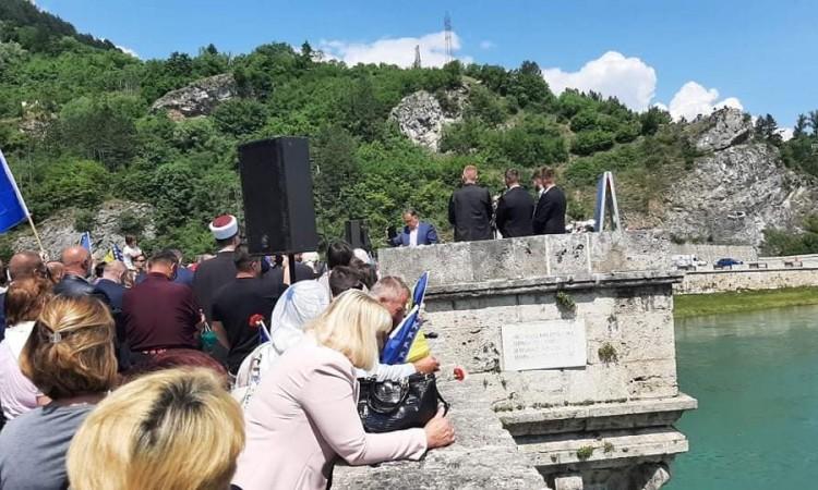 Anniversary of war crime in Višegrad: 3,000 roses for 3,000 lives